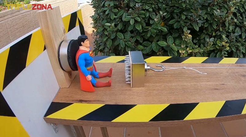Strech Superman enfrentandose a un Super iman torturador