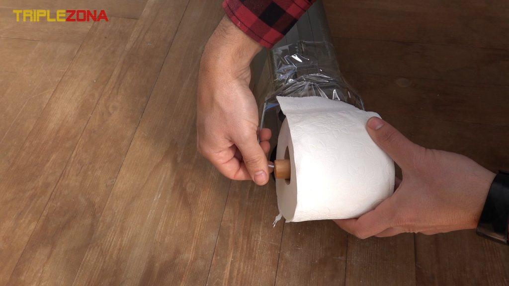 Cargando cañon de papel higiénico