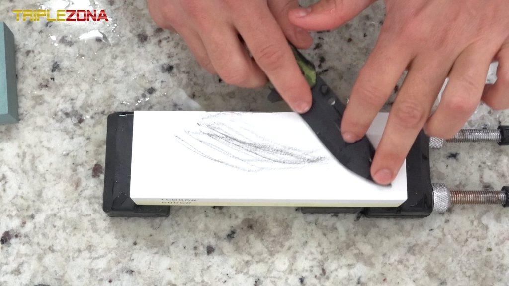 Afilar cuchillo con piedra de afilado japones