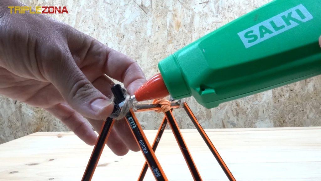Atando y pegando cuerda de catapulta de lápices
