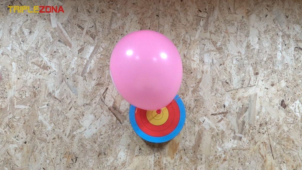 Disparando a un globo con un lanzador de palillos