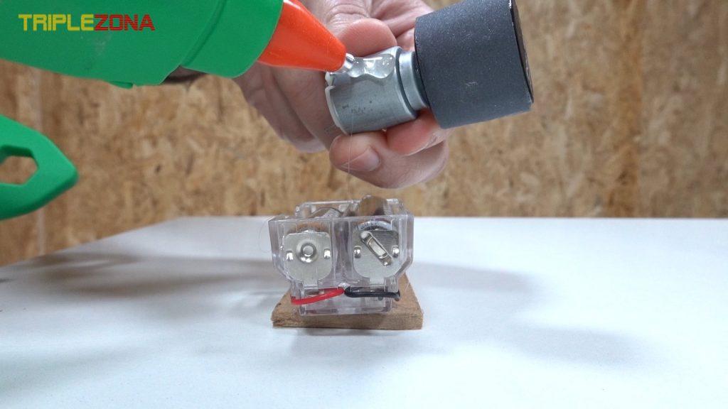 Pegando motor a base con pilas