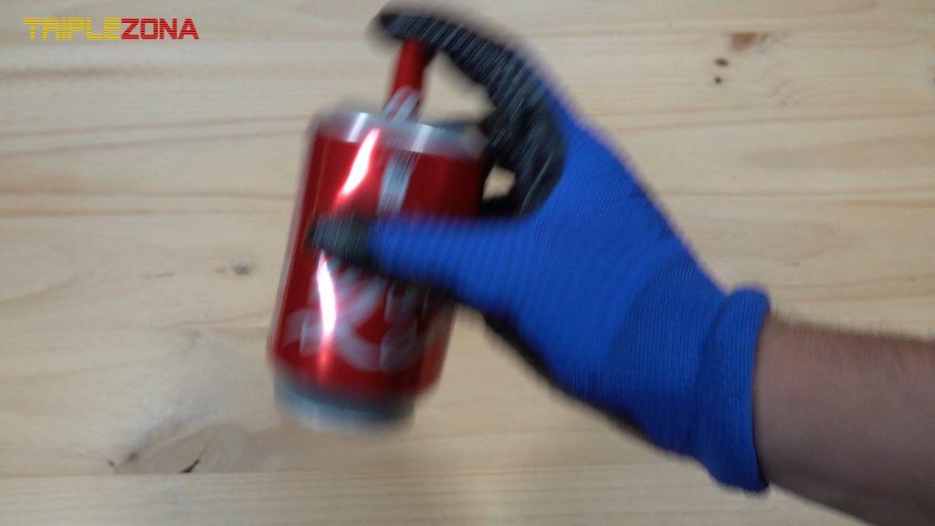 Removiendo alcohol dentro de un cohete de Coca Cola