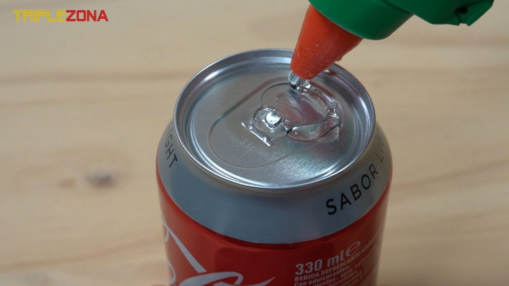 Sellando parte superior de una Coca Cola