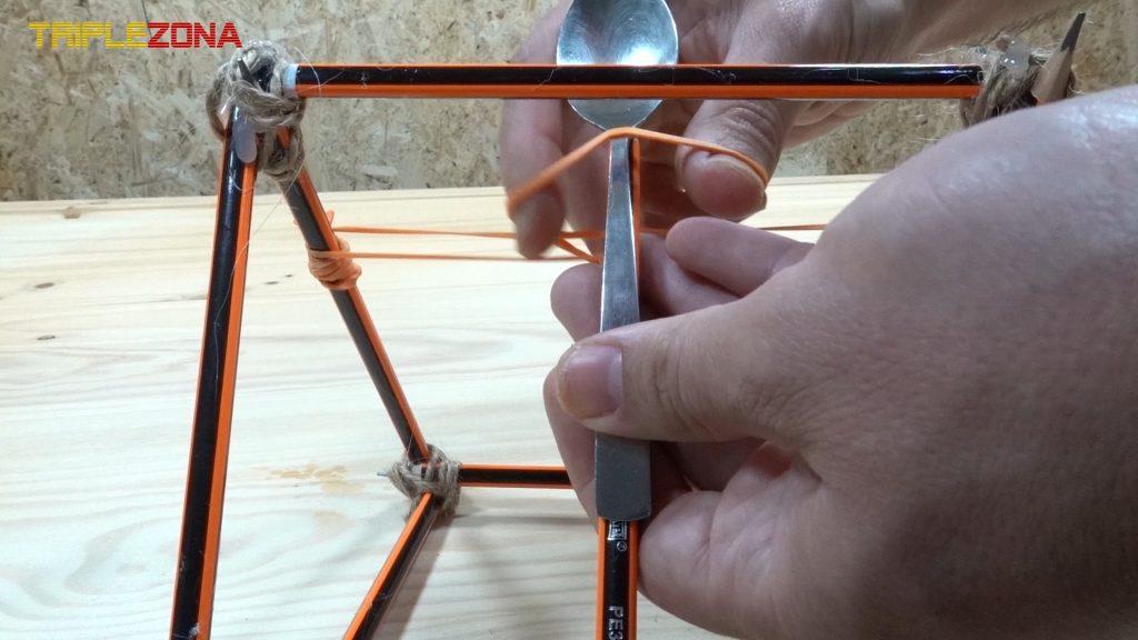 Sujeción de cuchara a catapulta de lápices