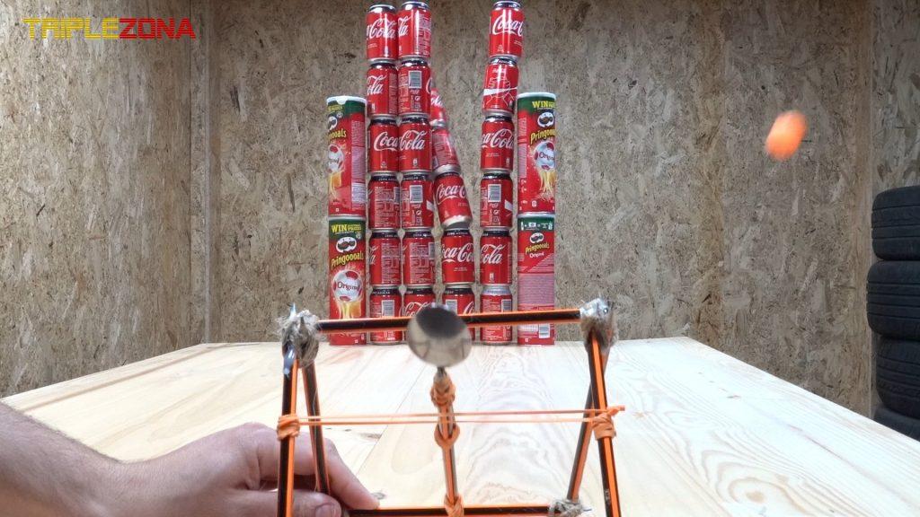 Torre de Coca Cola derribada por catapulta de lápices