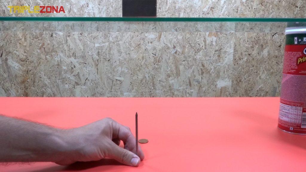 Colocando clavo centrado debajo de un imán