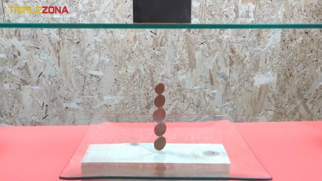 Monedas levitando atraidas por un iman