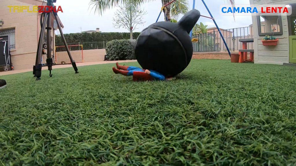 Stretch Superman aplastado por una pesa de 24 kg