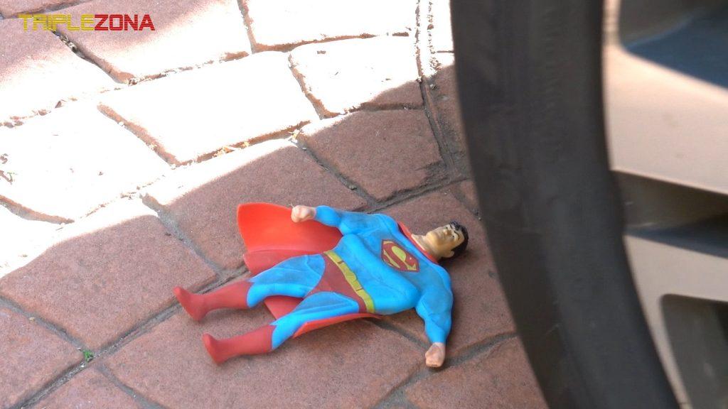 Stretch Superman chafado por una rueda de coche