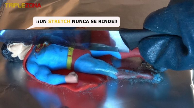 Stretch Superman esta siendo cortado por un cuchillo a 1000 grados