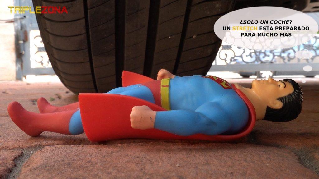 Stretch Superman debajo de una rueda de coche