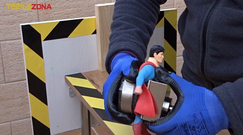 Stretch superman atrapado entre dos imanes