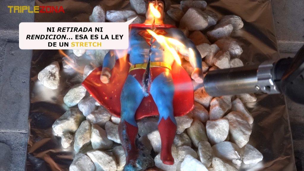 Stretch superman empezando a ser quemado por un soplete