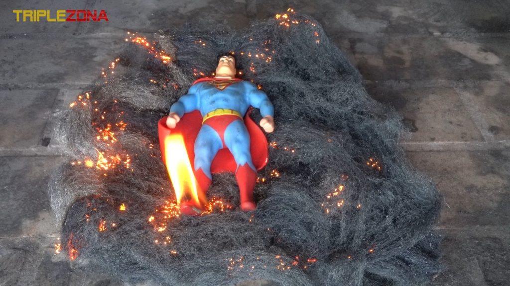 A Stretch Superman se le enciende una pierna