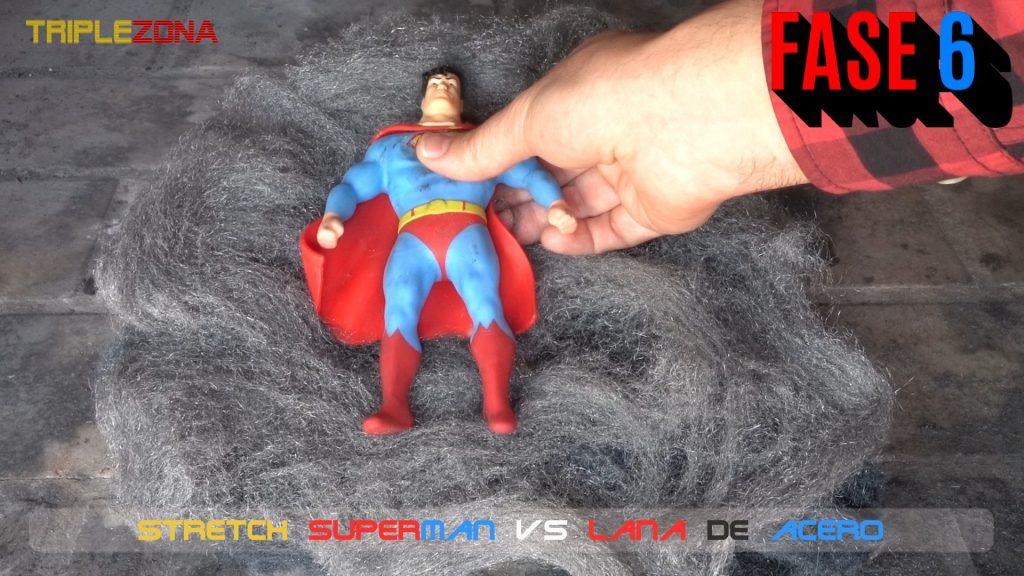 Stretch Superman se tumba en una cama de lana de acero