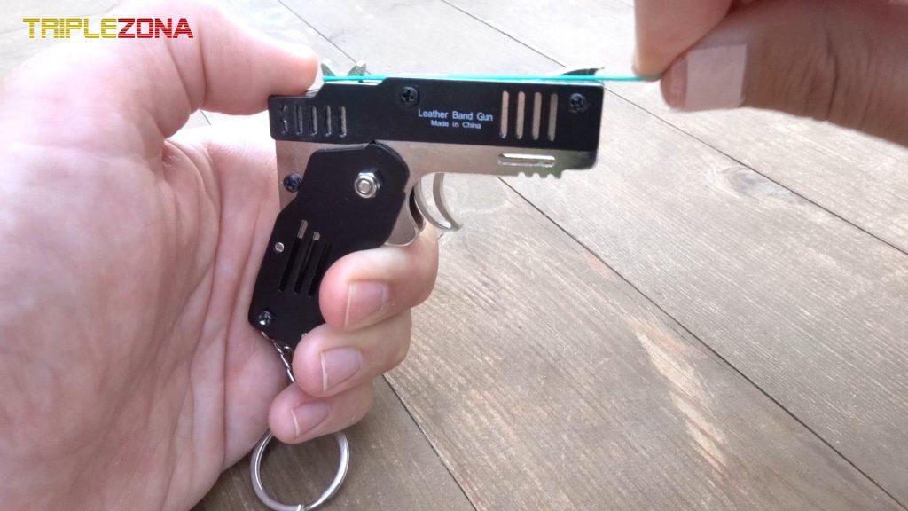 Cargando pistola con gomas
