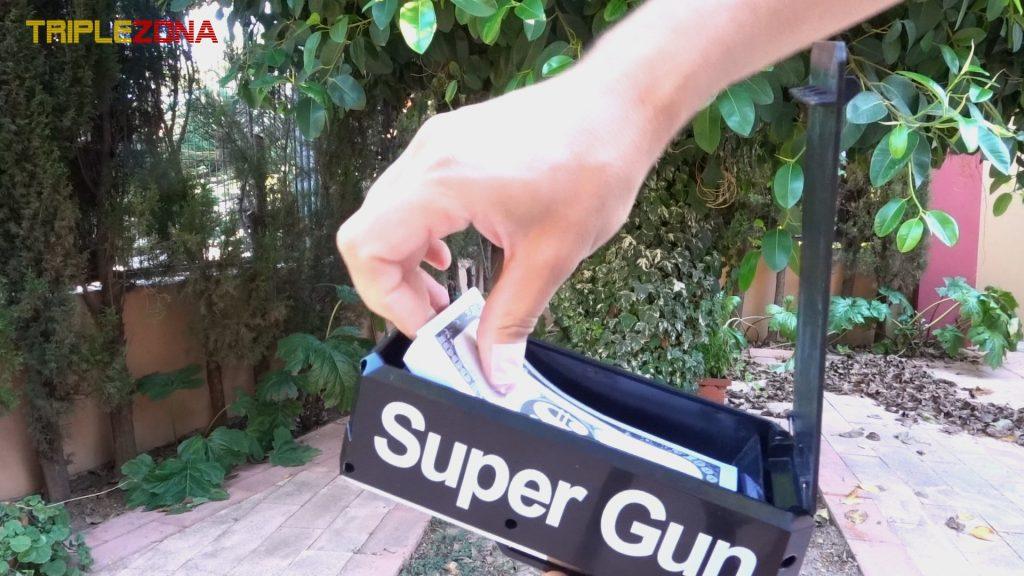 Cargando pistola de billetes