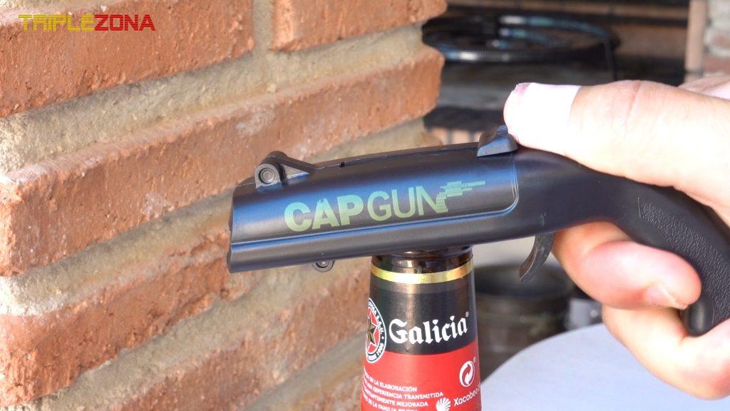 Pistola de chapas abriendo botella