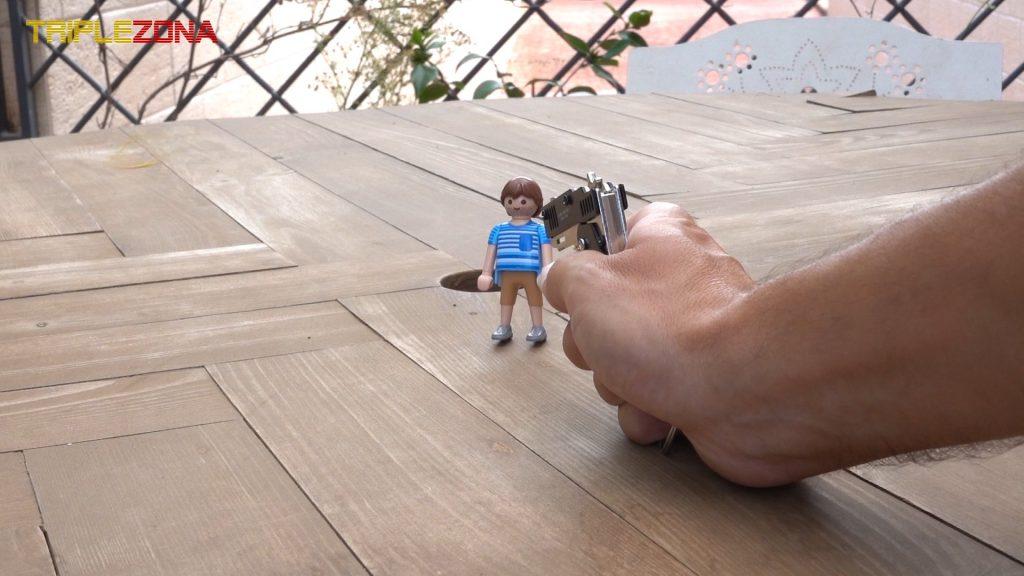 Pistola de gomitas disparando a Playmobil