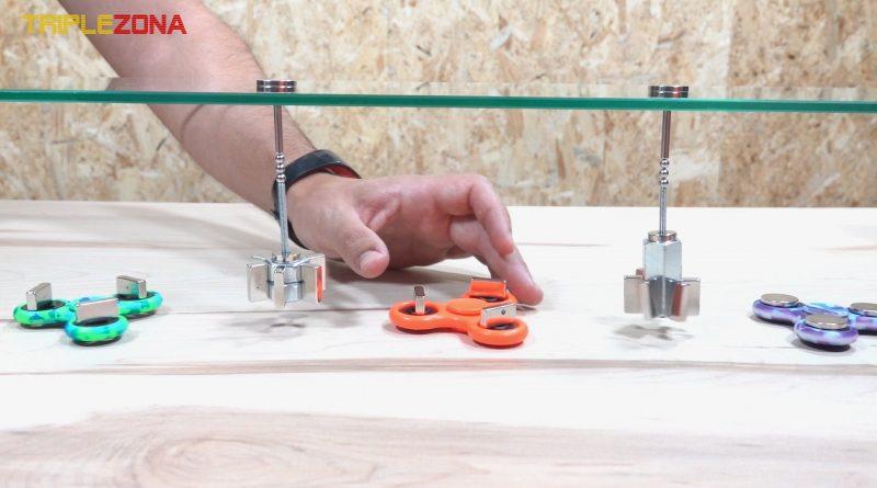 Cinco spinners magnéticos girando en cadena