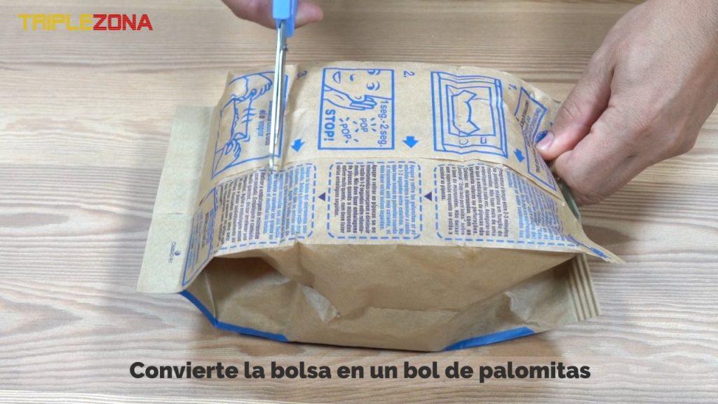 Abriendo bolsa de palomitas de maiz