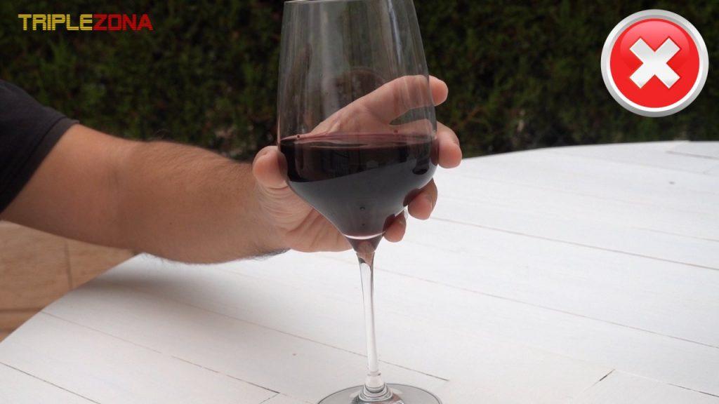 Forma incorrecta de coger una copa de vino