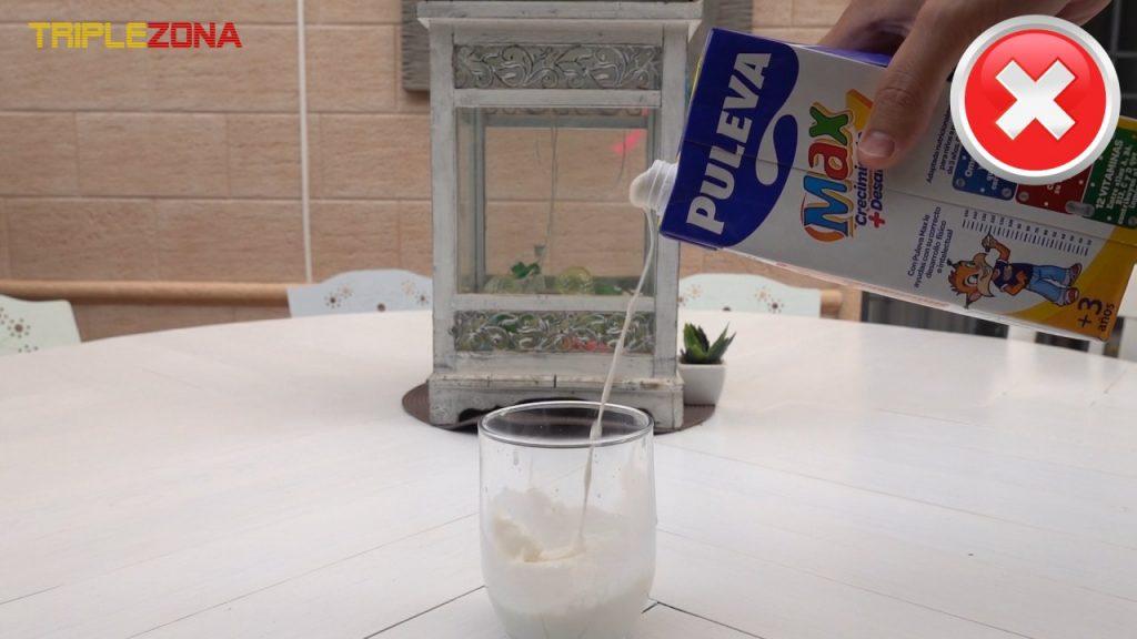 Forma incorrecta de servir un brik de leche o zumo