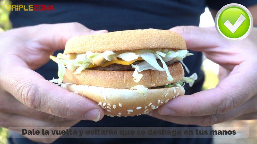 Cogiendo una hamburguesa al reves