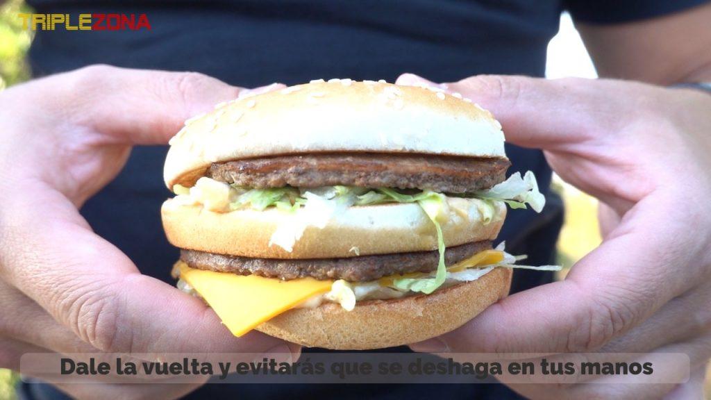 Cogiendo una hamburguesa de la forma habitual