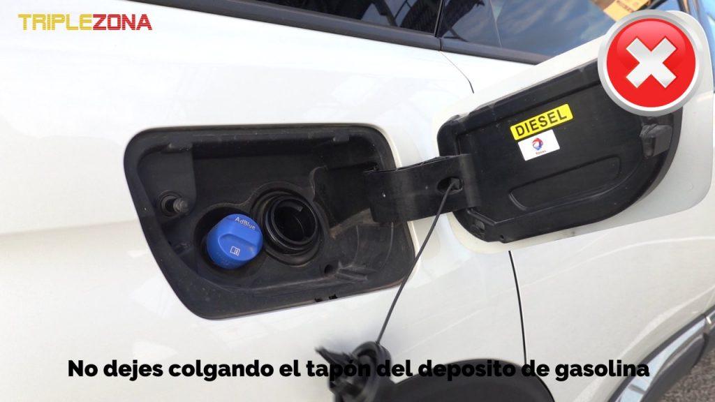 No dejes colgando el tapón de la gasolina