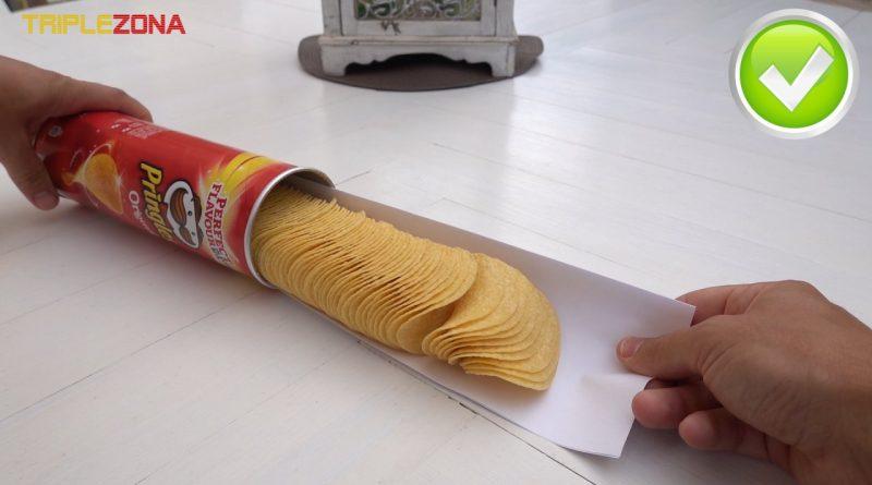 Sacar fácilmente Pringles utilizando medio folio
