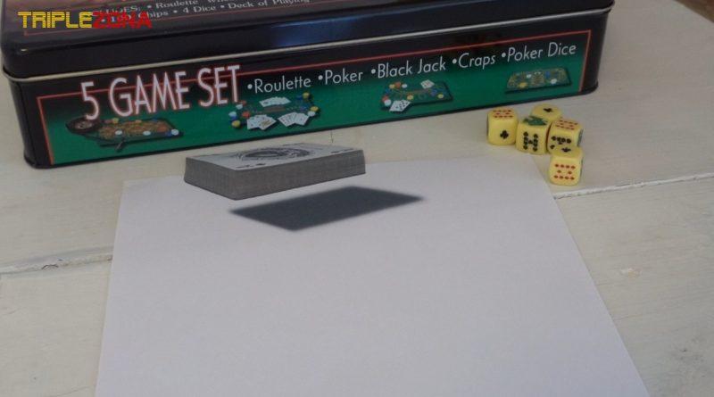 Ilusión óptica anamórfica de una baraja de cartas