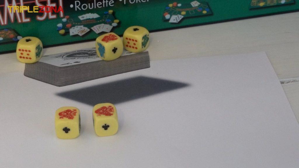 Ilusión óptica anamórfica de una baraja de cartas con dados reales