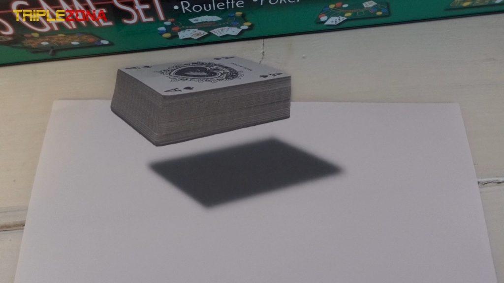 Ilusión óptica anamórfica de una baraja de cartas con perspectiva