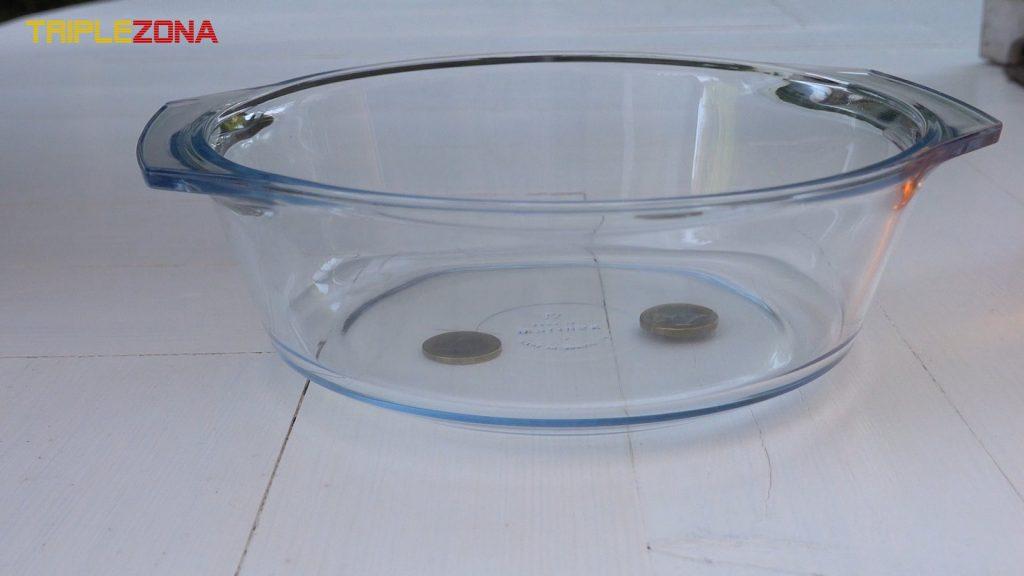 Ilusión óptica refracción en agua con monedas