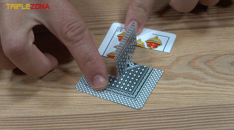 Ilusión óptica o truco de la solapa imposible en una carta